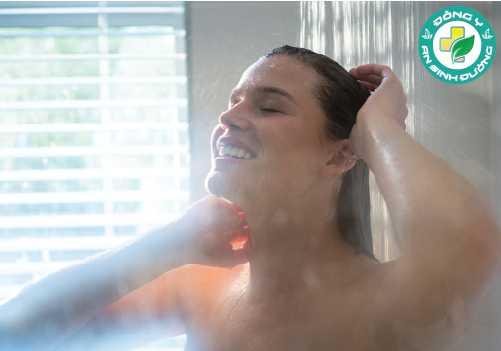 Bạn nên tắm bằng nước ấm thay bằng ngâm để hạn chế rủi ro