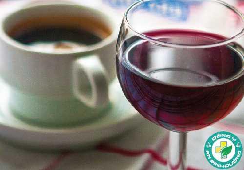 Cả rượu và cà phê cũng có thể góp phần làm tăng huyết áp