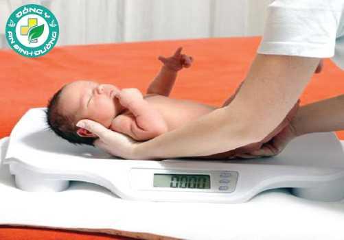 Hút thuốc cũng có thể khiến em bé được sinh ra với cân nặng thấp