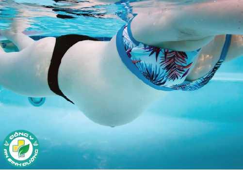 Bơi phù hợp cho phụ nữ mang thai