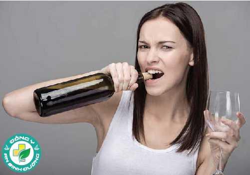 Sử dụng răng của bạn như các công cụ có thể khiến chúng bị nứt hoặc sứt mẻ