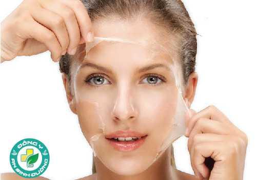Tẩy da chết giúp loại bỏ các tế bào da chết, làm giảm các mảng khô và cải thiện kết cấu tổng thể của da