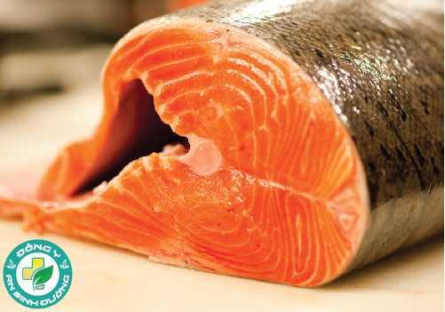 Axit omega-3 trong các loại cá béo giúp giảm các triệu chứng viêm và làm cho da ít phản ứng hơn với tia UV từ mặt trời