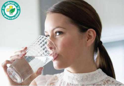 Uống nhiều nước là cách đơn giản để có làn da đẹp