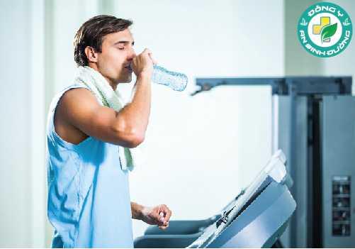 Bạn cần phải uống nước liên tục trong suốt cả ngày ngay cả khi bạn không khát