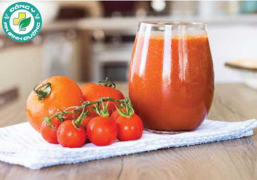 Thường xuyên uống nước ép cà chua không muối giúp giảm nguy cơ bệnh tim mạch