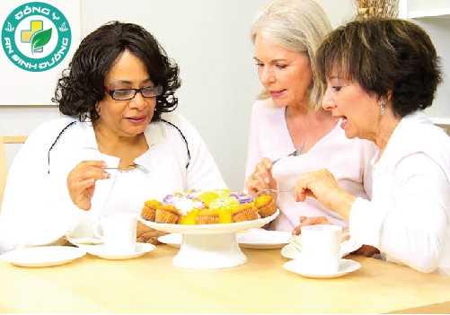 Trò chuyện với bạn bè và người thân giúp bạn có tinh thần thoải mái
