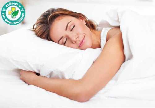Tắm bằng nước ấm trước khi đi ngủ giúp dễ ngủ và ngủ sâu giấc