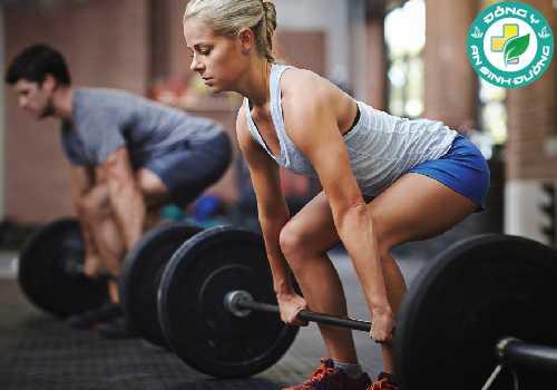Tập tạ có thể giúp bạn giảm cân bằng cách đốt cháy calo trong và sau khi tập luyện