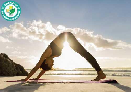Yoga đốt cháy một lượng calo vừa phải và mang lại nhiều lợi ích sức khỏe bổ sung