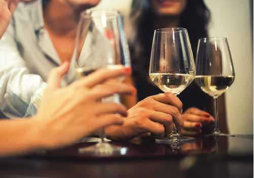 Rượu và bia có thể làm tăng lượng axit dạ dày, có thể làm tăng nguy cơ ợ nóng