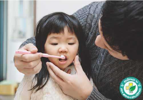 Việc đánh răng của trẻ cần được giám sát cho đến khí bé 7 tuổi
