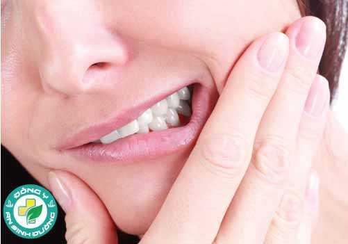 Đau răng, sưng lợi và tức ở hàm là các dấu hiệu của mọc răng khôn
