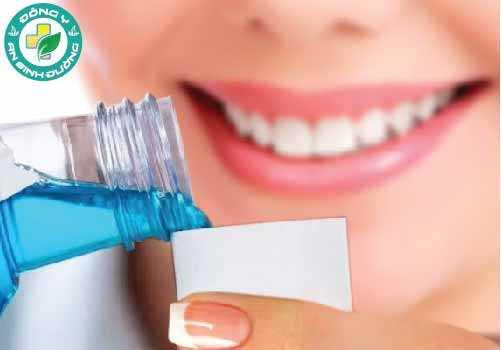 Bạn có thể sử dụng nước súc miệng để trị viêm lưỡi bản đồ