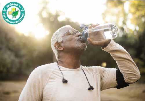 Nếu không uống đủ nước, tình trạng mất nước ở người lớn tuổi có thể kéo dài và âm thầm gia tăng đến mức nguy hiểm
