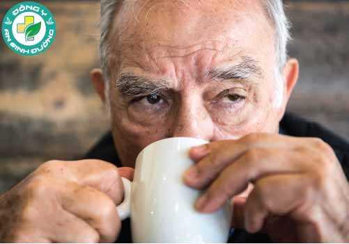 Một nghiên cứu khác cho thấy những người bị Parkinson không có yếu tố nguy cơ di truyền của bệnh có lượng caffeine trong máu thấp hơn những người không mắc bệnh